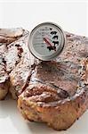 Bifteck d'aloyau grillé avec le thermomètre à viande