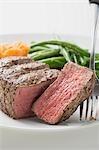 Steak de boeuf, un morceau coupé, avec légumes