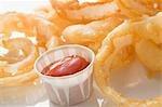 Frittierte Zwiebelringe mit ketchup