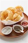 Frittierte Zwiebelringe mit Salz, Pfeffer und ketchup