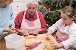 Großmutter und zwei Enkelkinder Backen für Weihnachten