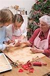 Großmutter Enkel zeigt Ausschnitt Weihnachten Kekse