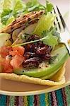 Huhn, Gemüse & Koriander Blätter in Taco-Shell (Mexiko)