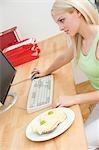 Femme au travail dans le bureau avec les sandwichs au fromage