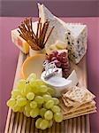 Plateau de fromages avec raisins et amuse-gueules