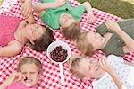 Enfants manger des cerises