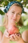 Femme tenant une pomme