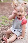 Petite fille manger des noix au chocolat dans le parc