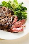 Partiellement coupées en tranches de Steak ; Rares ; Petite salade