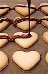 Herzförmige Kekse mit Couverture Schokolade dekorieren