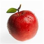 Pomme rouge (Jonagold) avec des feuilles et des gouttes d'eau