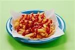 Une assiette de frites avec beaucoup de ketchup