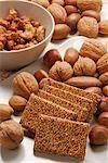 Noix de cajou fragile, confit de sésame & arachides à côté de la noix