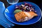 Lachs mit Kohl und Mandel-Salat