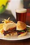 Champignon Portobello Burger ; Coupées en deux avec frites et bière