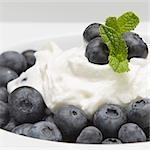 Griechischer Joghurt mit Blaubeeren und Minze