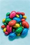 Oeufs de Pâques au chocolat dans du papier coloré