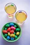 Oeufs en chocolat de papier coloré et deux verres de jus