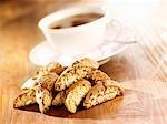 Cantuccini mit einer Tasse Tee