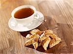 Eine Tasse Tee mit cantuccini