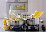 Légumes et spaghetti dans des casseroles sur une cuisinière à gaz