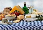 Bayerischer Käse-Spezialitäten mit Brot und Wein