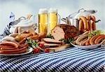 Bavarois saucisses avec de la bière sur la nappe