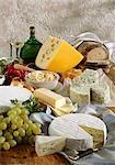 Spécialités de fromage bavarois avec pain, raisins et du vin