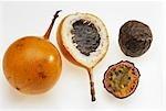 Fruit de la passion or & violet fruit de la passion, toute & coupées en deux