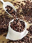 Gießen Kaffeebohnen in eine Tasche