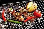Brochettes de porc et les légumes sur la grille du barbecue