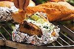 Arrosage au four pommes de terre sur le barbecue à la ciboulette