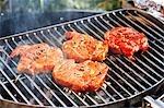 Steaks de cou de porc mariné sur barbecue