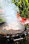 Steaks de porc sur le barbecue de fumer à l'extérieur