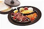 Fajita Rind mit Begleitungen und tortillas