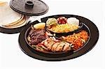 Huhn und Rindfleisch Fajita mit Begleitungen und tortillas