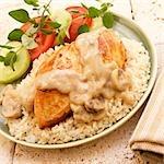 Hühnerbrust mit Pilzsauce über Reis; Tomaten-Gurken-Salat