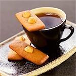 Biscuits secs aux noisettes cannelle avec une tasse de thé
