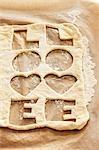 Zweimal ausgeschnitten Biskuitteiges mit dem Wort 'LOVE'