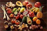 Fruits exotiques sur fond en bois foncé (nature morte)