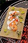 Brochettes de crevettes grillées avec du yaourt melon et citron vert