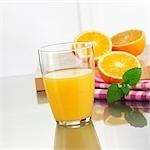 Glas Orangensaft und frischen Orangen