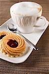 Cappuccino und Haselnuss & Johannisbeer-Himbeer-Marmelade-Torten