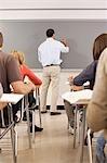 Professeur de lycée à l'aide du tableau blanc dans la salle de classe