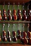 Violons suspendus dans l'atelier du Luthier