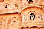 Vue d'angle faible d'un homme debout sur un balcon, Fort de Meherangarh, Jodhpur, Rajasthan, Inde