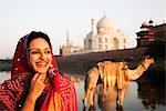 Femme souriant avec le mausolée de l'arrière-plan, Taj Mahal, Agra, Uttar Pradesh, Inde