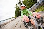 Femme étirement après une séance d'entraînement, Green Lake Park, Seattle, Washington, USA