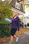 Femme portant des tapis de Yoga, Seattle, Washington, USA
