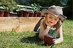 Jeune fille regardant plante végétale